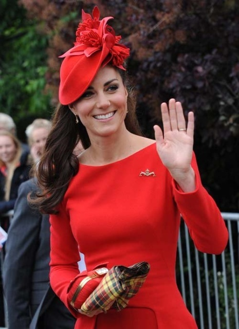 kate_middleton_spirit_of_chartwell_during_the_diamond_jubilee_river_pageant_june_3_2012_bgw4YU4.sized